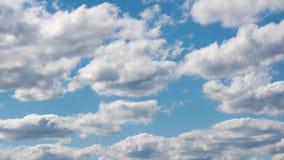 De witte wolken worden gevormd in de blauwe hemel Geschoten op Canon 5D Mark II met Eerste l-Lenzen stock video