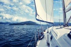 De witte zeilen van jachten op het achtergrondoverzees en de hemel in de wolken royalty-vrije stock foto