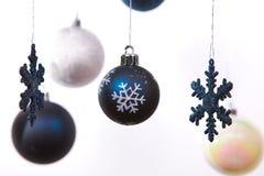 De witte, zilveren en blauwe ballen van Kerstmis Stock Foto