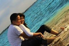 De wittebroodsweken van het paar bij strand Stock Afbeeldingen