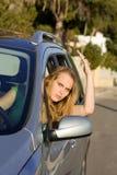 De woede van de weg, boze vrouw in auto Stock Foto's