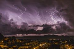 De woedende bliksem die naast een stille stad vallen royalty-vrije stock afbeelding