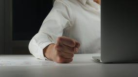 De woedende werkgever slaat zijn vuist op de lijst Bedreiging van geweld De manifestatie van agressie op het werk in het bureau stock footage
