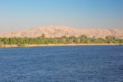 De woestijn komt dicht bij de Nijl stock foto's