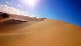 De woestijn ontmoet blauwe hemel Royalty-vrije Stock Afbeeldingen
