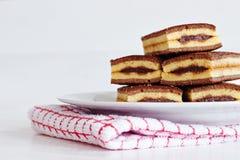 De woestijn van chocoladecakes op een witte plaat Stock Foto's