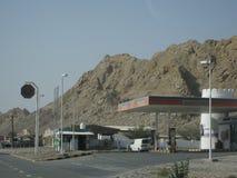 De woestijn van Doubai bij zonsondergang dichtbij de weg aan Oman stock afbeelding