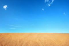 De woestijn van het zand in blauwe hemel Stock Foto's