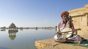 De woestijn van India, Rajasthan, Thar: Kleurrijke tulband royalty-vrije stock afbeeldingen