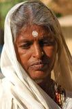 De woestijn van India, Rajasthan, Thar: Kleurrijke vrouw Royalty-vrije Stock Afbeelding