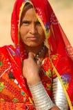 De woestijn van India, Rajasthan, Thar: Kleurrijke vrouw Stock Afbeelding
