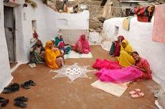 De woestijn van India, Rajasthan, Thar: Kleurrijke vrouwen Stock Foto's