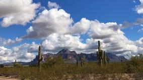 De woestijnlandschap van Arizona met pluizige witte wolken
