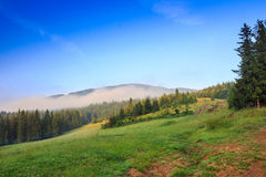 De wolk hangt bovenop een berg Royalty-vrije Stock Afbeelding