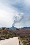 De wolk van as zet hierboven Etna in Sicilië op stock afbeelding