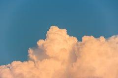 De wolk van cumuluscongestus op een blauwe hemel Stock Fotografie