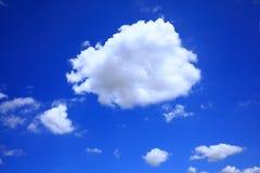 De wolk van de cumulus in donkerblauwe hemel stock afbeeldingen