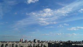 De wolk van de het landschapshemel van de stadszonsondergang stock videobeelden