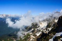 De wolken behandelen rotsachtige piek of de berg in de Kaukasus Stock Foto