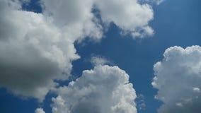 De wolken bewegen zich in de Blauwe Hemel Geschoten op Canon 5D Mark II met Eerste l-Lenzen stock footage