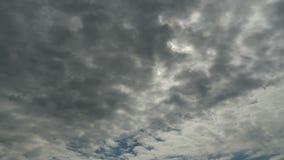 De wolken bewegen zich in de Blauwe Hemel met het Heldere Zon Glanzen Timelapse stock video