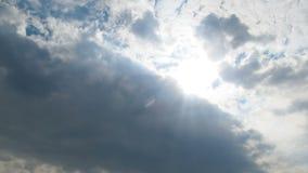 De wolken bewegen zich in de Blauwe Hemel met het Heldere Zon Glanzen Timelapse stock footage