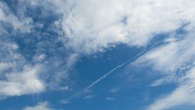De wolken bewegen zich in de Blauwe Hemel Timelapse stock video