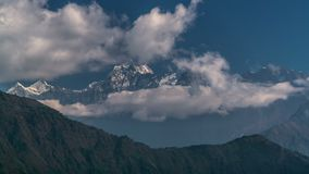 De wolken bewegen zich in de Himalayan-pieken stock footage