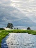 De wolken, de weide en het meer van de regen Royalty-vrije Stock Foto's