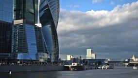 De wolken die over de wolkenkrabbers van de het Commerciële van Moskou Internationale Centrum, Bagration-Brug en WTC drijven stock footage