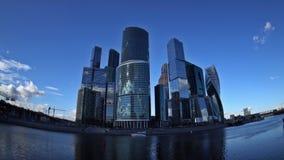 De wolken die over de wolkenkrabbers van het Commerciële van Moskou Internationale Centrum, de Bagration-Brug en T drijven stock videobeelden
