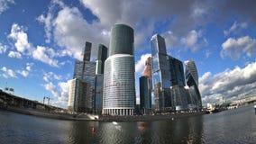 De wolken die over de wolkenkrabbers van het Commerciële van Moskou Internationale Centrum, de Bagration-Brug en T drijven stock video