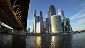 De wolken die over de wolkenkrabbers van het Commerciële van Moskou Internationale Centrum (Moskou-Stad) drijven bij de zonsonder stock videobeelden