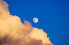 De wolken die van de cumulusdonder de maan van de zonsonderganghemel gelijk maken Stock Foto's