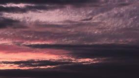 De wolken die van de het onweersavond van de tijdtijdspanne zich over het gebied bewegen stock video