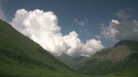 De wolken die van de tijdtijdspanne zich over landschap van de hoogland het bos Mistige ochtend bij bergen bewegen stock footage