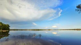 De wolken drijven boven de Volga Rivier stock video