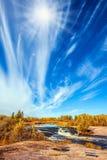 De wolken en de de herfstzon stock foto's