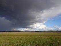 De wolken groen gebied van de landschaps blauw hemel Stock Foto