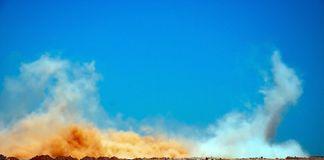 De wolken na de reeks ontploffingen stock foto