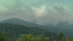 De wolken roken boven de heuvels stock footage