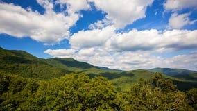 De wolken rollen voorbij Toneelbergen van Blauw Ridge Parkway in Ashev Stock Afbeelding