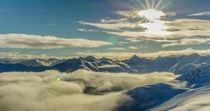 De Wolken van bergentimelapse 4k stock videobeelden