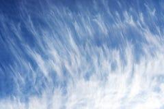 De wolken van de cirrus tegen een blauwe hemel royalty-vrije stock afbeeldingen