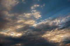 De wolken van de cumuluszonsondergang met zon het optekenen Royalty-vrije Stock Foto