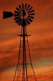 De wolken van de Brand van de windmolen stock fotografie