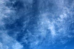 De Wolken van de cirrus in Blauwe Hemel Stock Foto