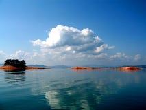 De wolken van de cirrus over het meer royalty-vrije stock afbeeldingen