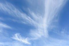 De wolken van de cirrus tegen een blauwe hemel Stock Afbeelding