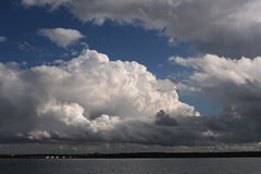 De wolken van de cumulus onder kustlijn Stock Fotografie